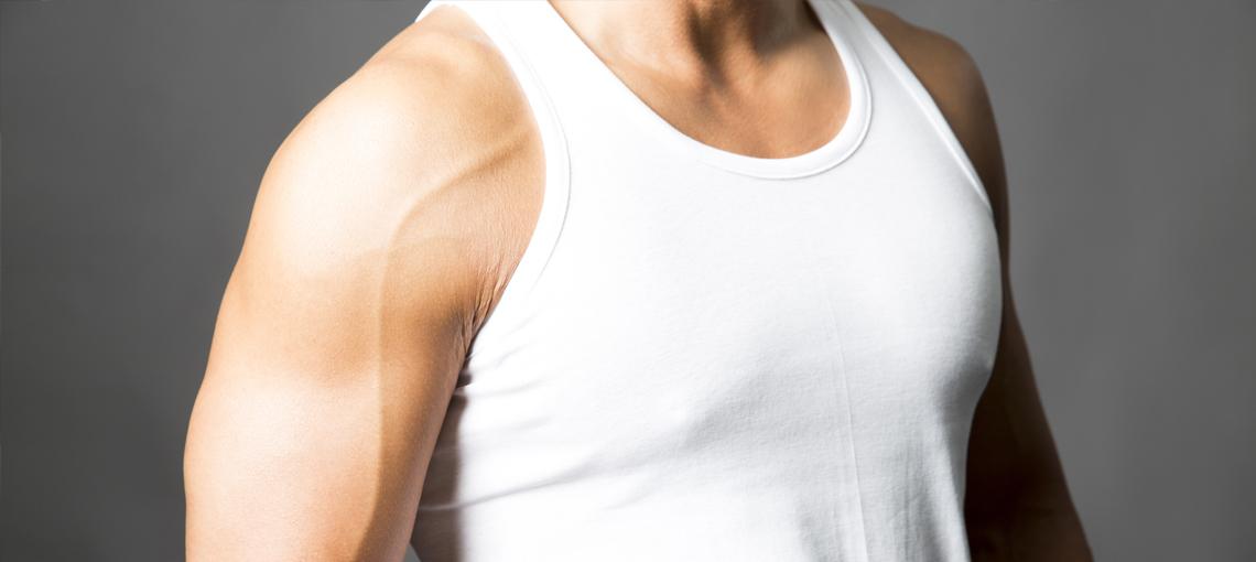 Bawełniany podkoszulek to istotny element męskiej garderoby, zarówno (jak nazwa wskazuje) jako odzież zakładana pod koszulę, jak i samodzielny element luźnej stylizacji.