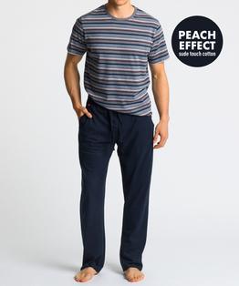Męska piżama składa się z dwóch części: długich, gładkich spodni w kolorze granatowym, oraz koszulki w paski, z krótkimi rękawami, i w kolorze szary melanż #1