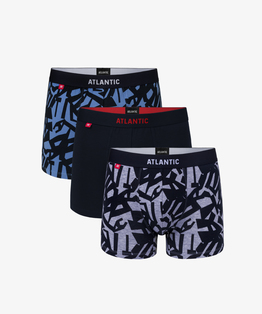 3-pack bielizny męskiej to przylegające do ciała bokserki: dwie sztuki (w kolorze jasnym niebieskim i szary melanż) pokryte graficznymi wzorami, i jedna sztuka (w kolorze granatowym) gładka#1