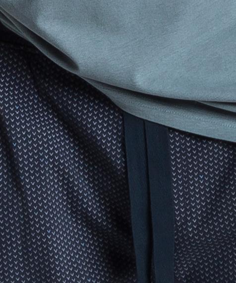 Męska piżama składa się z dwóch części: długich spodni w kolorze granatowym, które ozdobione są niewielkich rozmiarów graficznymi wzorkami, oraz koszulki z krótkimi rękawami, w kolorze zielonym #2