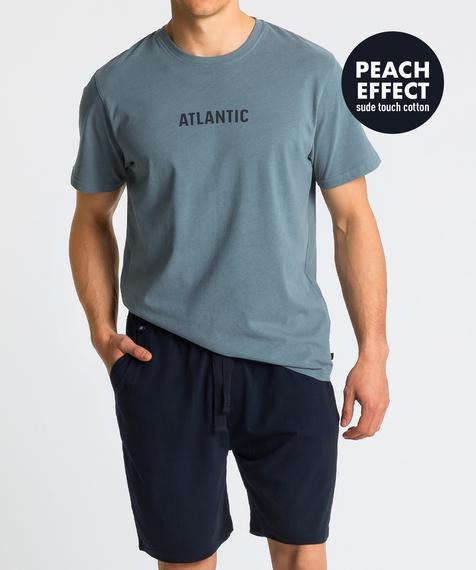 Piżama męska składa się z dwóch części: krótkich spodenek (szortów) w kolorze granatowym oraz gładkiej koszulki w kolorze zielonym z napisem ATLANTIC #1