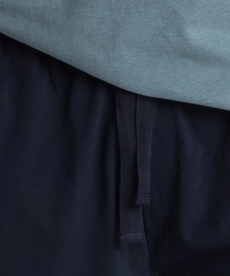 Piżama męska składa się z dwóch części: krótkich spodenek (szortów) w kolorze granatowym oraz gładkiej koszulki w kolorze zielonym z napisem ATLANTIC #2
