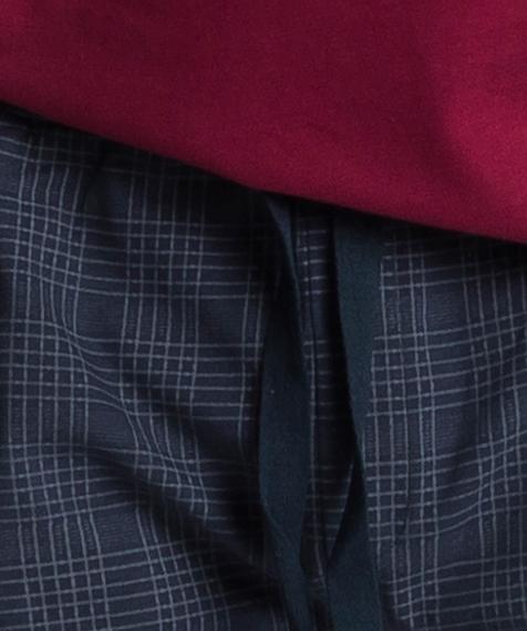 W skład męskiej piżamy wchodzą dwie części: długie, granatowe spodnie w kratę oraz gładka koszulka z długimi rękawami, w intensywnym, ciemno czerwonym kolorze #2