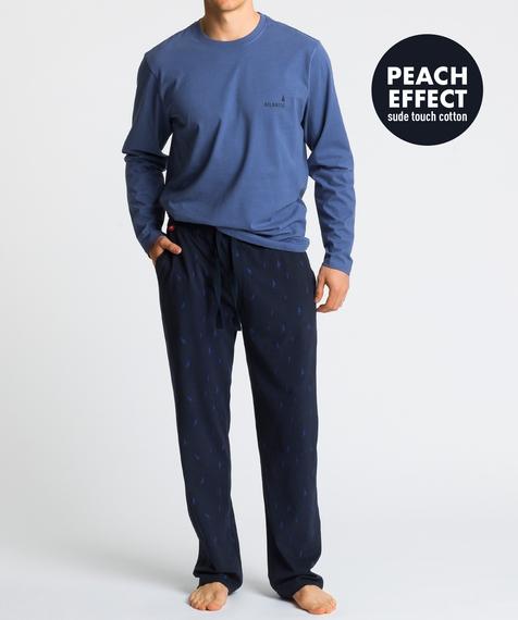 W skład męskiej piżamy wchodzą dwie części: długie spodnie w kolorze granatowym, na których znajdują się niewielkich rozmiarów wzorki w niebieskie żaglówki oraz niebieska bluza z długimi rękawami i widocznym logo Atlantic po lewej stronie 1