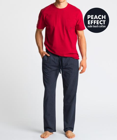 W skład piżamy męskiej wchodzą dwie części: długie spodnie w kolorze granatowym ozdobione niewielkich rozmiarów graficznymi wzorkami, oraz gładka koszulka z krótkimi rękawami, w kolorze czerwonym #1
