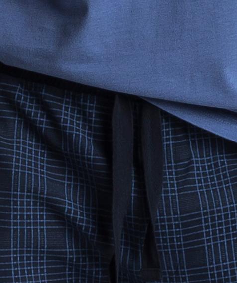 W skład męskiej piżamy wchodzą dwa elementy: długie, granatowe spodnie w kratę oraz gładka koszulka z długimi rękawami, w subtelnym, niebieskim kolorze#2