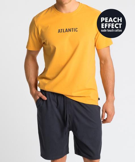 Piżama męska składa się z dwóch części: krótkich spodenek (szortów) w kolorze grafitowym oraz gładkiej koszulki w kolorze żółtym z napisem ATLANTIC #1