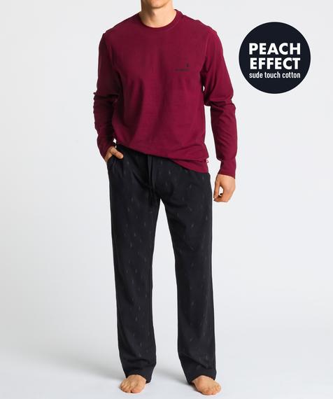 Męska piżama składa się z dwóch części: długich spodni w kolorze ciemno grafitowym, ozdobionych niewielkich rozmiarów szarymi wzorami w żaglówki oraz ciemno czerwonej bluzy z długimi rękawami i widocznym logo marki po lewej stronie #1