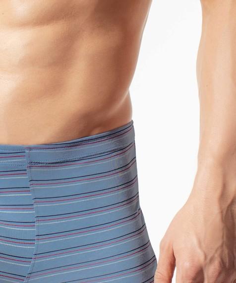 Szorty męskie w ozdobny nadruk w paski z gumą w tunelu wykonane z miękkiej bawełny z dodatkiem elastanu.