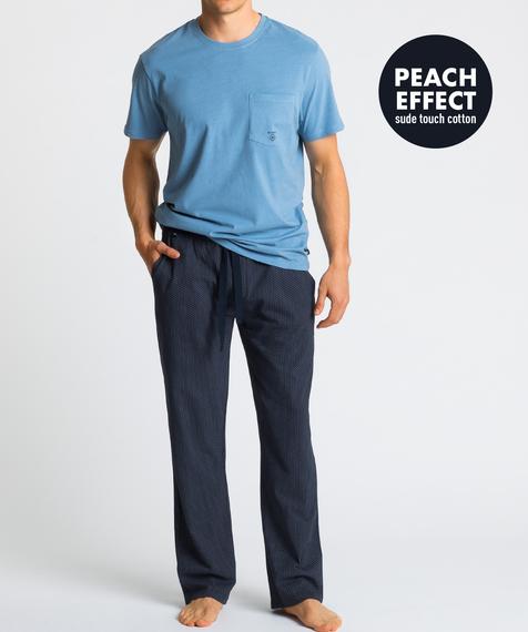 Męska piżama składa się z dwóch części: długich spodni w kolorze granatowym pokrytych niewielkich rozmiarów graficznymi wzorkami, oraz koszulki z krótkimi rękawami, w kolorze niebieskim #1