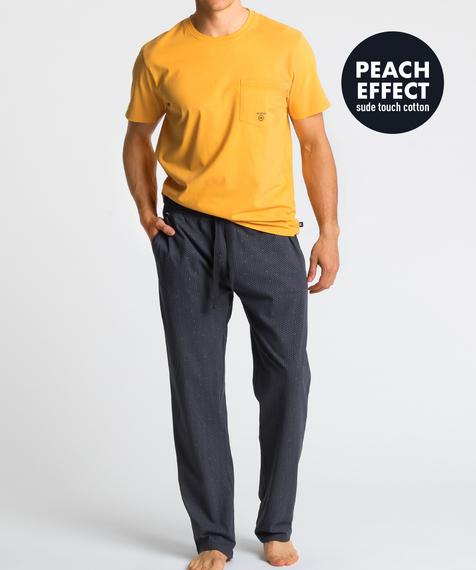 W skład męskiej piżamy wchodzą dwie części: długie spodnie w kolorze granatowym, które ozdobione są niewielkich rozmiarów graficznymi wzorkami oraz gładka koszulka z krótkimi rękawami, w intensywnie żółtym kolorze #1