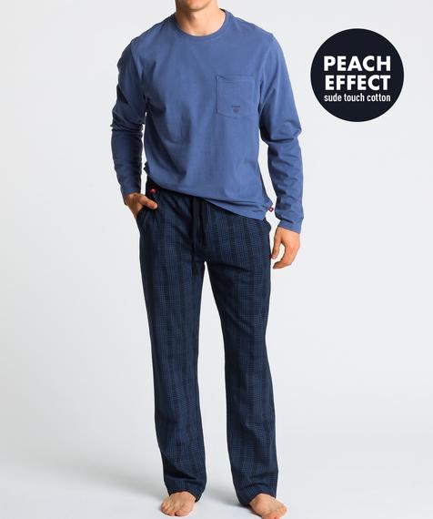 W skład męskiej piżamy wchodzą dwa elementy: długie, granatowe spodnie w kratę oraz gładka koszulka z długimi rękawami, w subtelnym, niebieskim kolorze#1