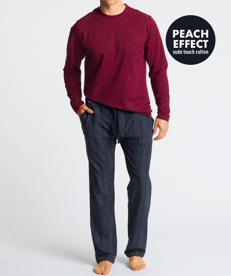 W skład męskiej piżamy wchodzą dwie części: długie, granatowe spodnie w kratę oraz gładka koszulka z długimi rękawami, w intensywnym, ciemno czerwonym kolorze #1
