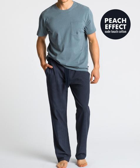 Męska piżama składa się z dwóch części: długich spodni w kolorze granatowym, które ozdobione są niewielkich rozmiarów graficznymi wzorkami, oraz koszulki z krótkimi rękawami, w kolorze zielonym #1